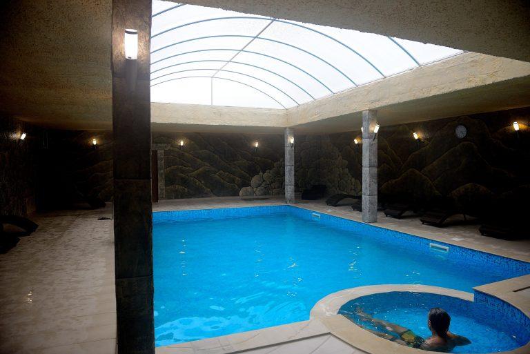 Вътрешен басейн с температура на водата от 31 -33◦