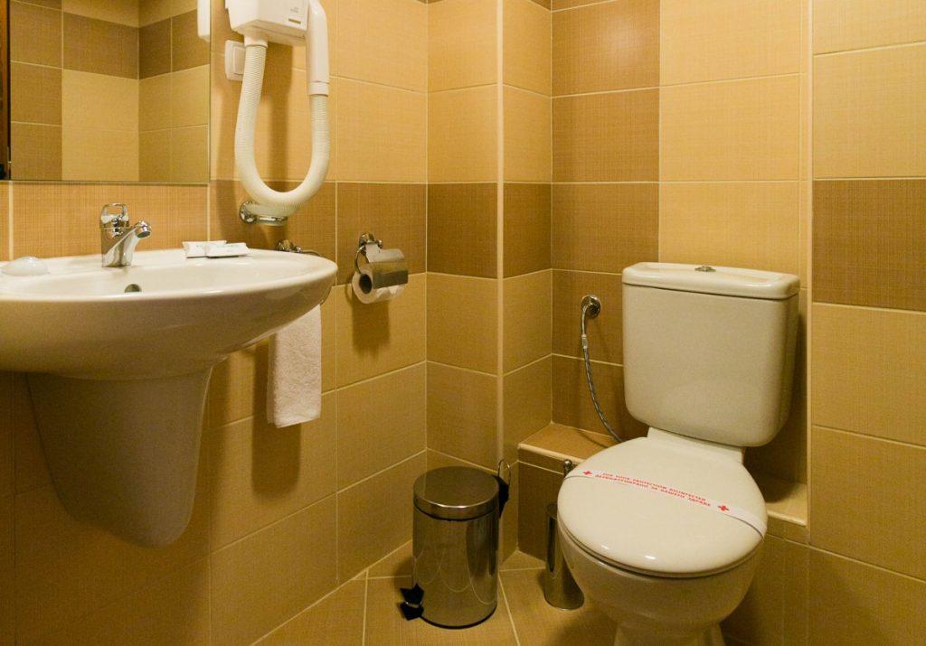 санитарен възел в двойна стая
